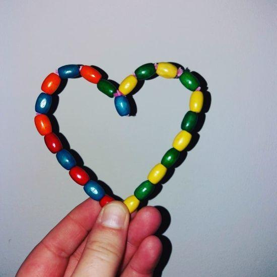 Corazón hecho de cuentas de color