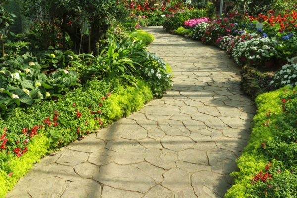 Mejores trucos para jardin pequeno parezca grande camino