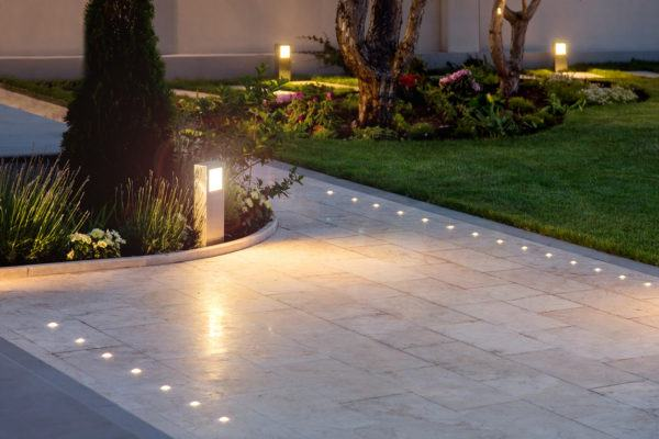 Mejores trucos para jardin pequeno parezca grande luces