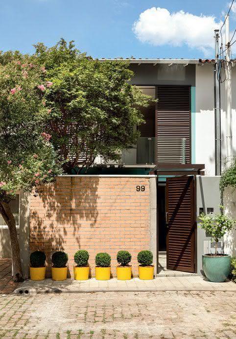 Mejores fotos ideas para fachadas casas pequenas Fachada de casa pequeña con muro de ladrillos a la vista