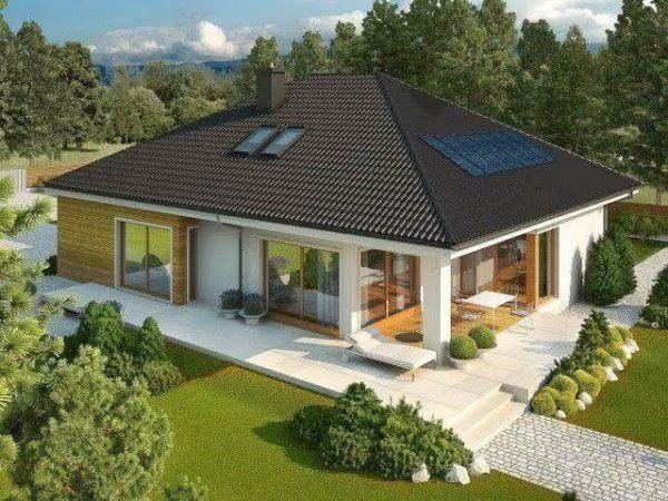 Mejores fotos ideas para fachadas casas pequenas Fachada de casa sencilla con techo aparente y con sistema de paneles solares.