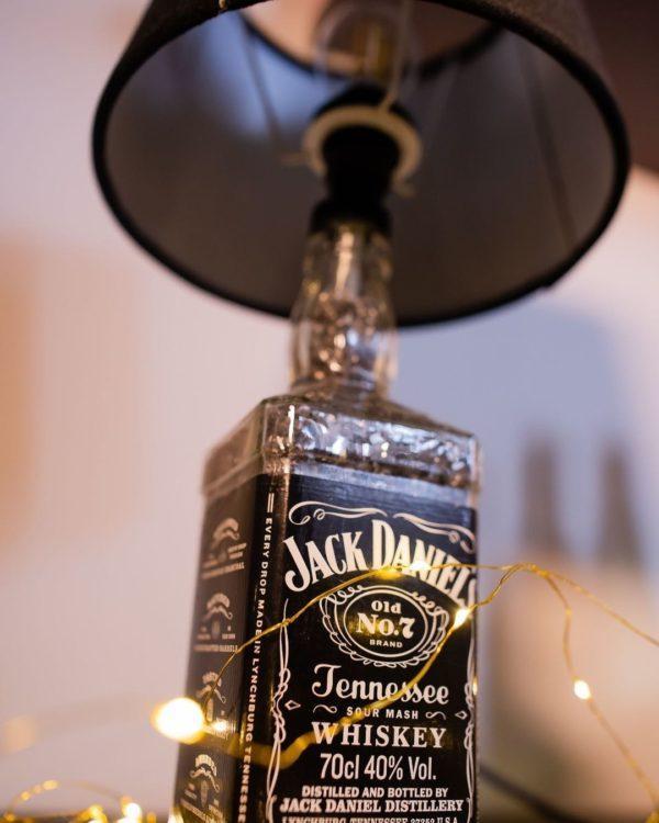 Mejores ideas para hacer lamparas caseras con materiales reciclados lampara con botella jack daniels