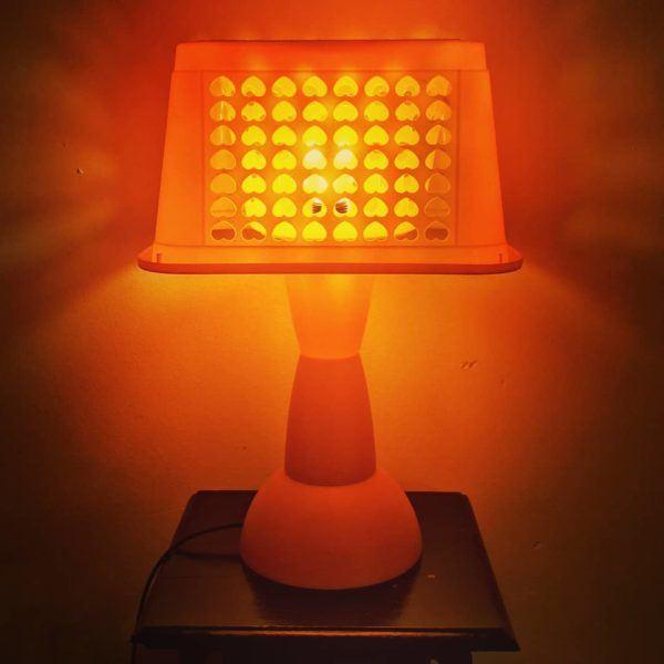 Mejores ideas para hacer lamparas caseras con materiales reciclados lampara con cesto plastico