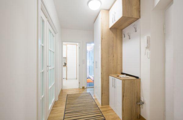 Como decorar pasillo largo estrecho blanco mueble madera