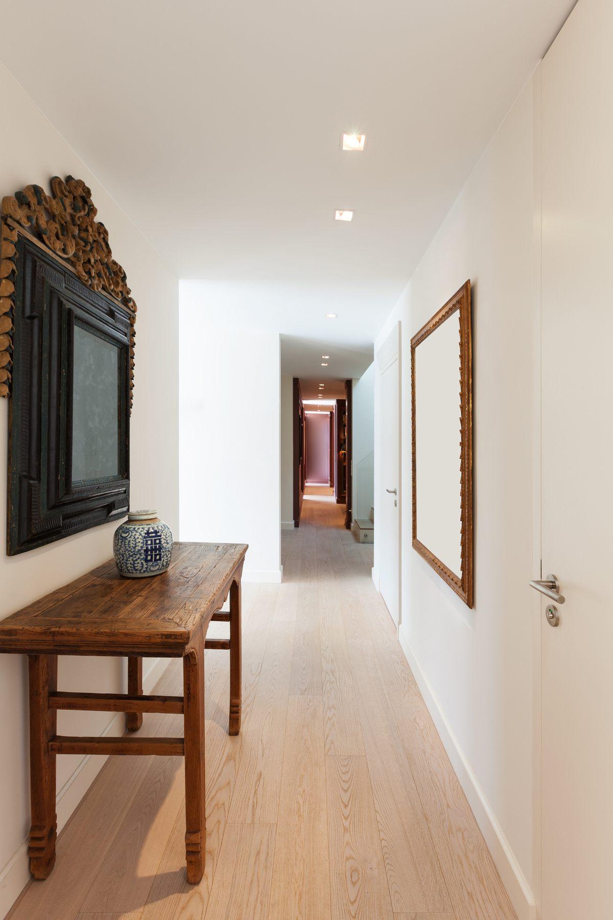 Como decorar pasillo largo estrecho suelo de madera banco