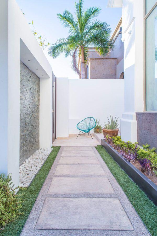 Como decorar pasillo patio cesped baldosas