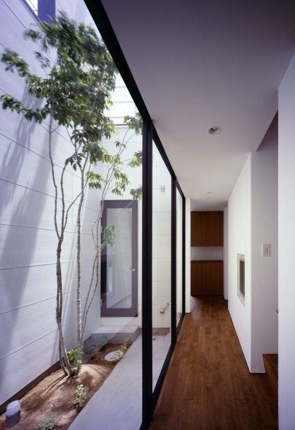 Como decorar pasillo patio madera plantas