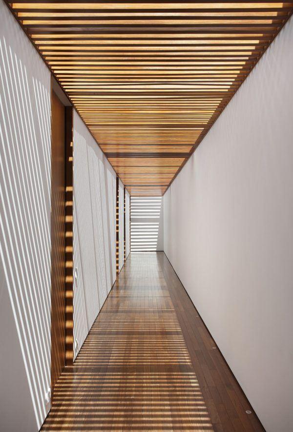 Como decorar pasillo patio madera techo abierto