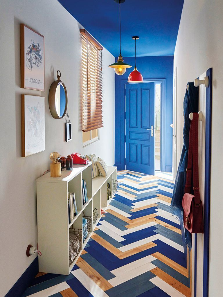 Como decorar un pasillo estrecho colores azul lamparas colores