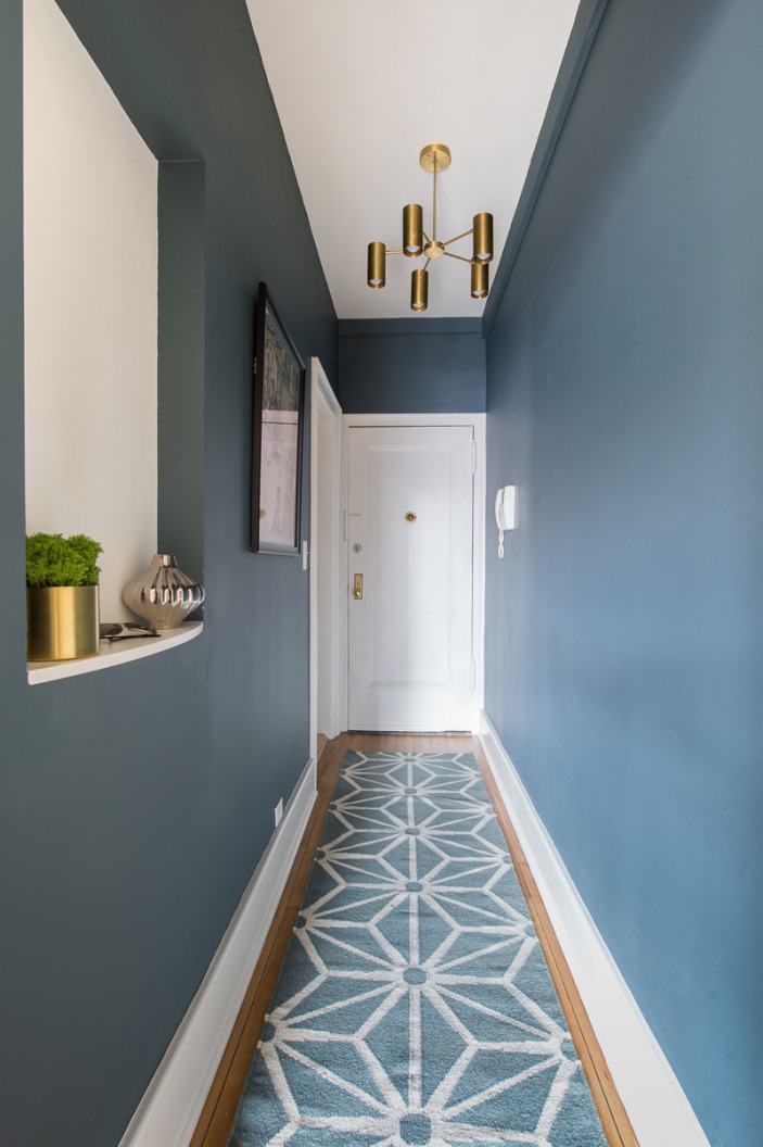 Como decorar un pasillo estrecho largo color azul