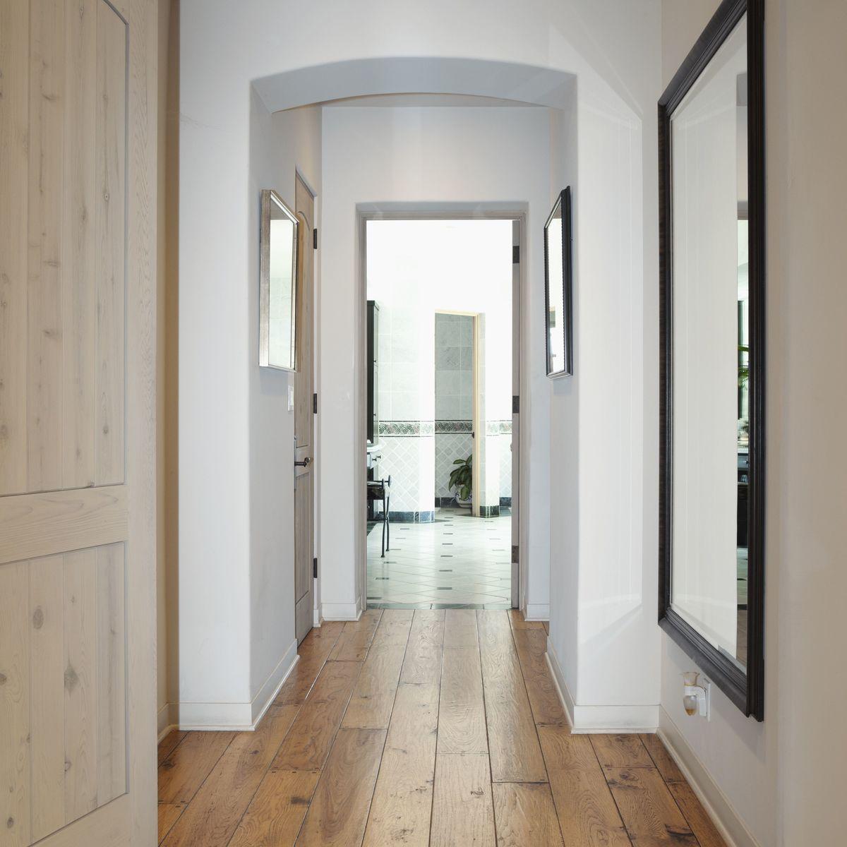 Como decorar un pasillo estrecho suelo madera espejo