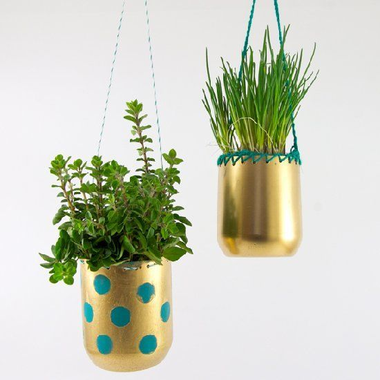 Ideas para hacer macetas con garrafas de agua macetas colgantes doradas
