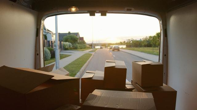 Cómo organizar una mudanza rápida y sencilla paso a paso camión interior