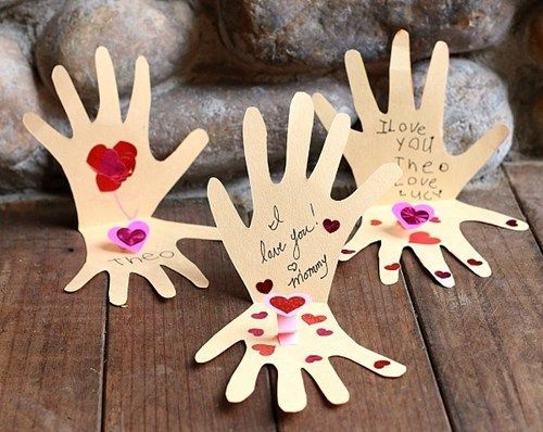 Los mejores regalos para el Día de la Madre con cartulinas manos con mensaje