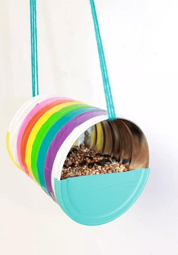 Las mejores manualidades con materiales reciclados para niños de 5 años comedero
