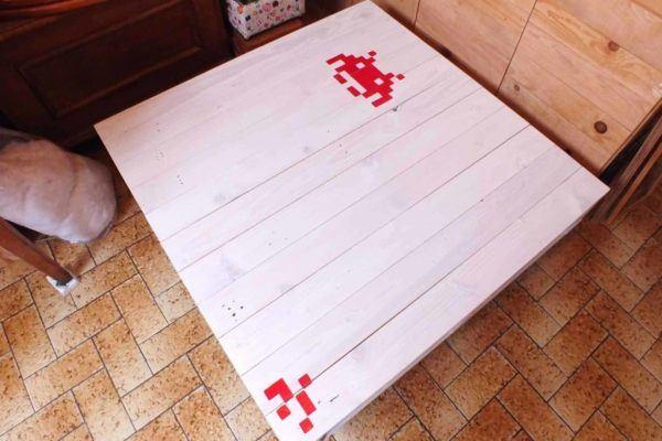 Las mejores ideas para hacer mesas de centro con palets mesa Space Invaders