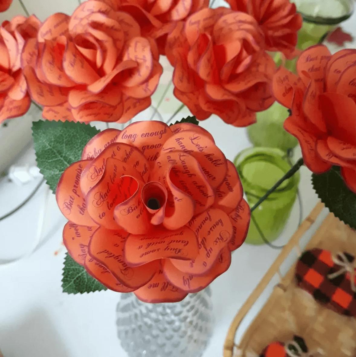Las mejores ideas para hacer un regalo personalizado con papel para tu pareja flores con dedicatorias